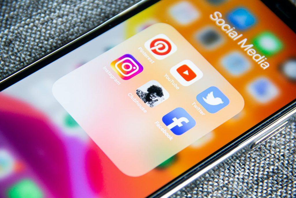réseaux sociaux sur son smartphone pour le communication digitale avec les bars et restaurants